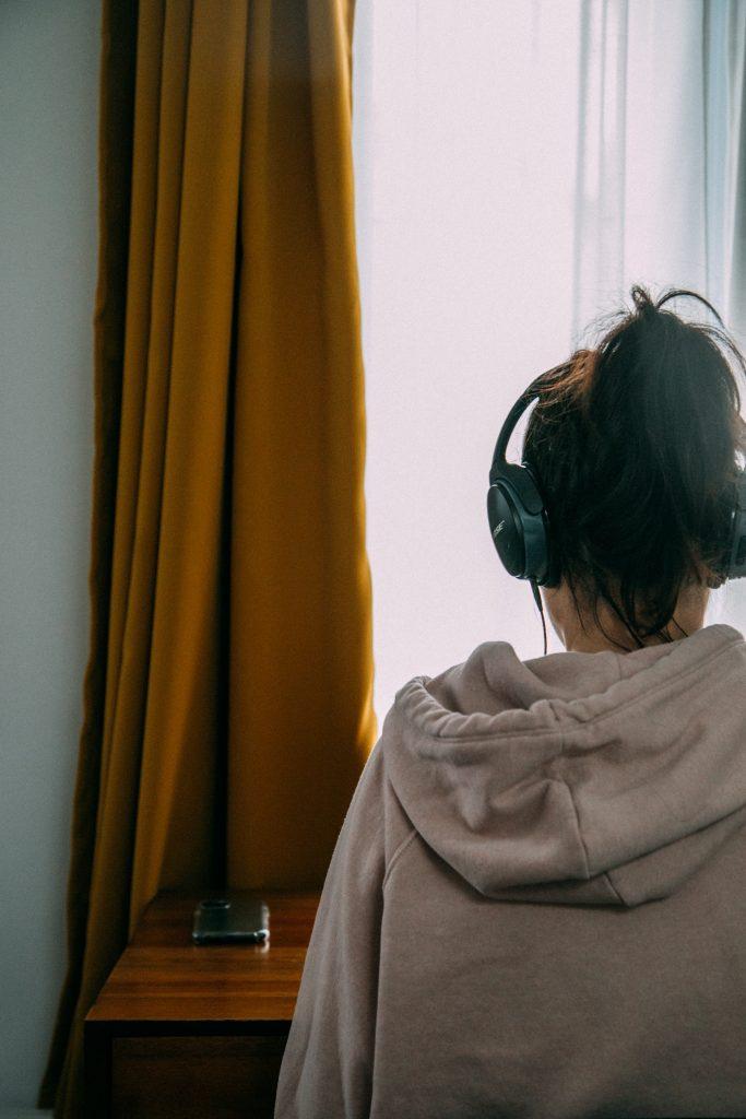 femme de dos coton ouaté écouteurs
