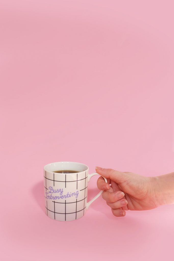 fond rose tasse busy introverting