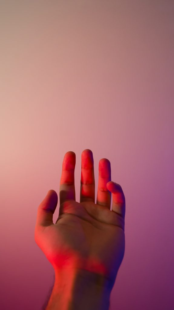 main tendue éclairage rose