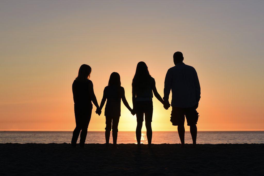 famille silhouettes coucher de soleil