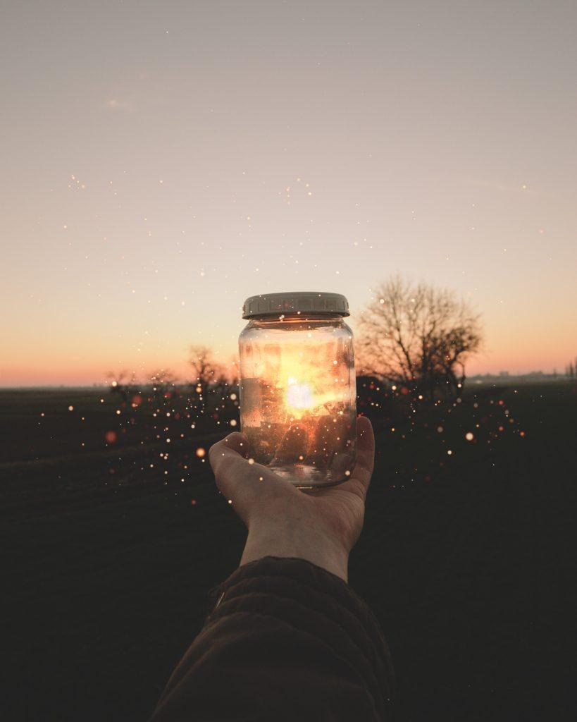 bocal avec étincelles coucher de soleil