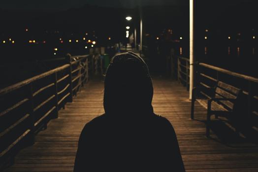 homme cagoule pont sombre