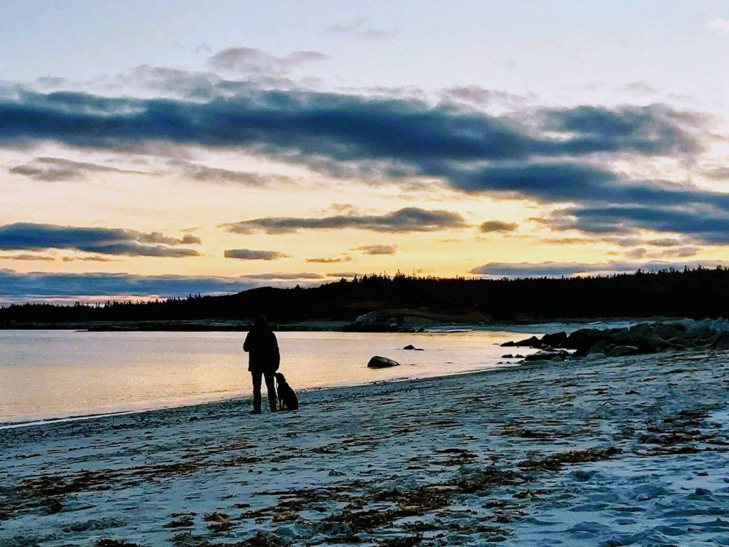 plage coucher de soleil silhouettes