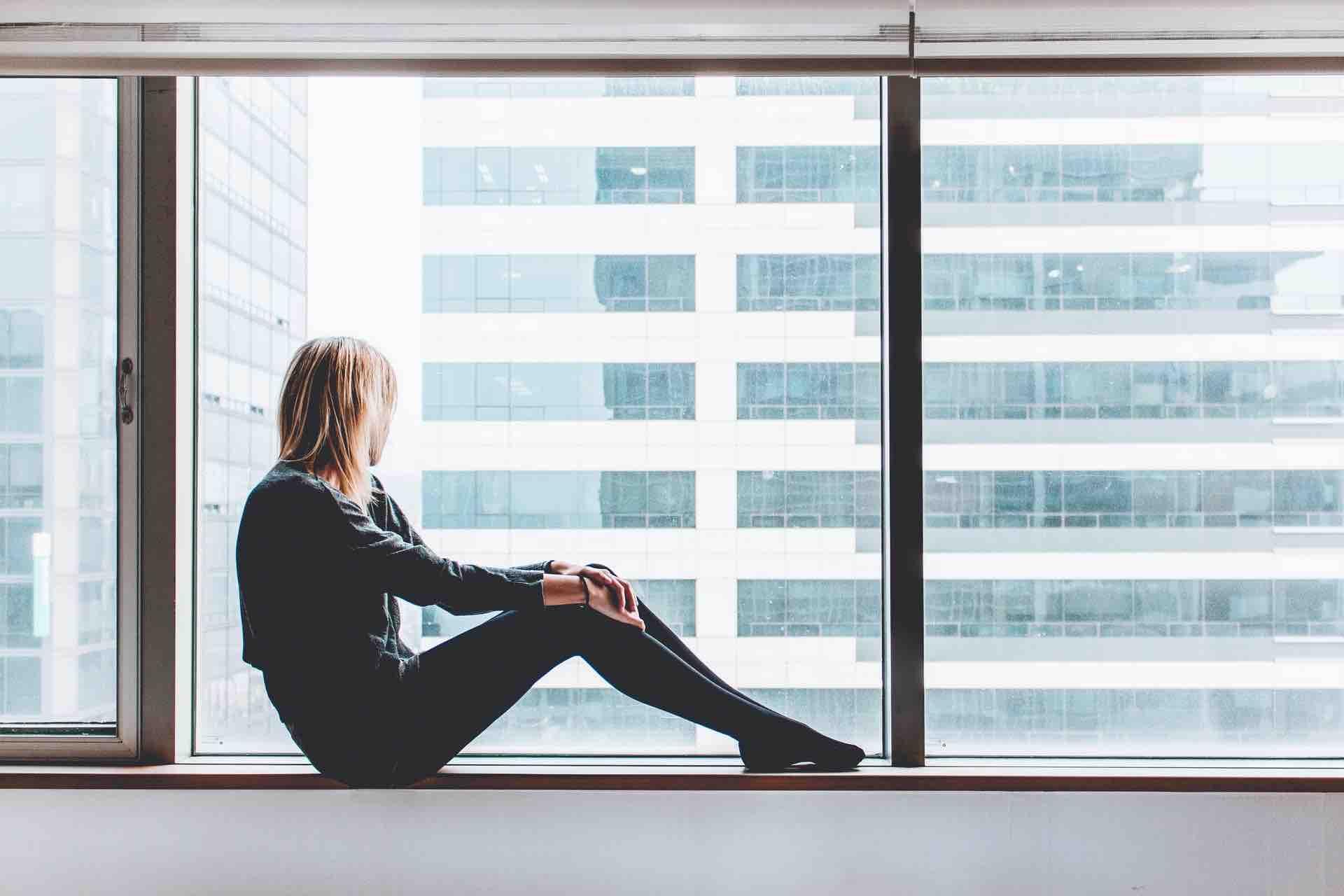 femme fenêtre contemplation immeuble