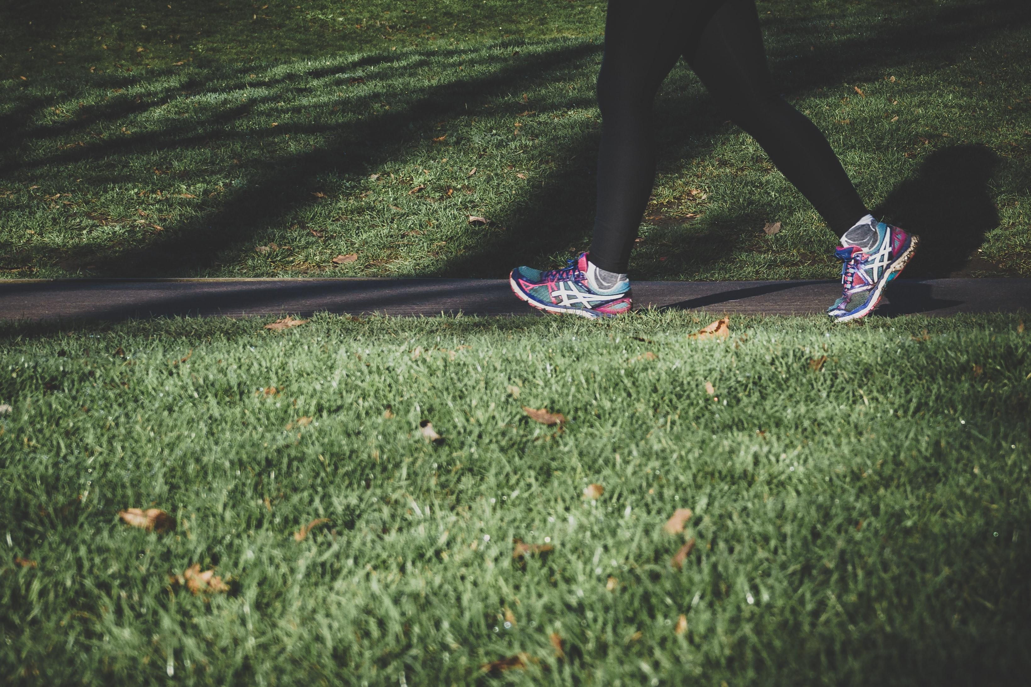 pieds chaussure de course marche gazon parc