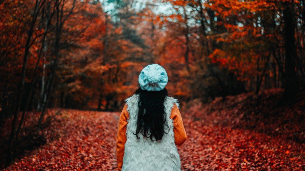 femme de dos longs cheveux noirs automne