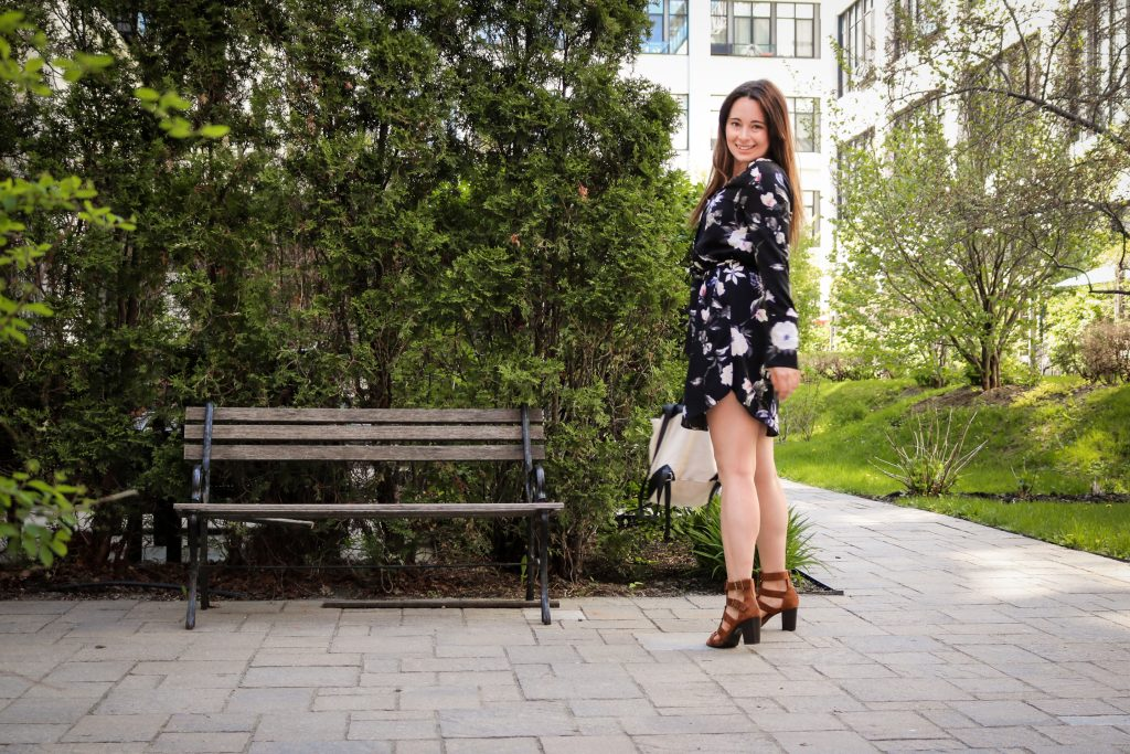 claudia meunier robe fleurie banc de parc