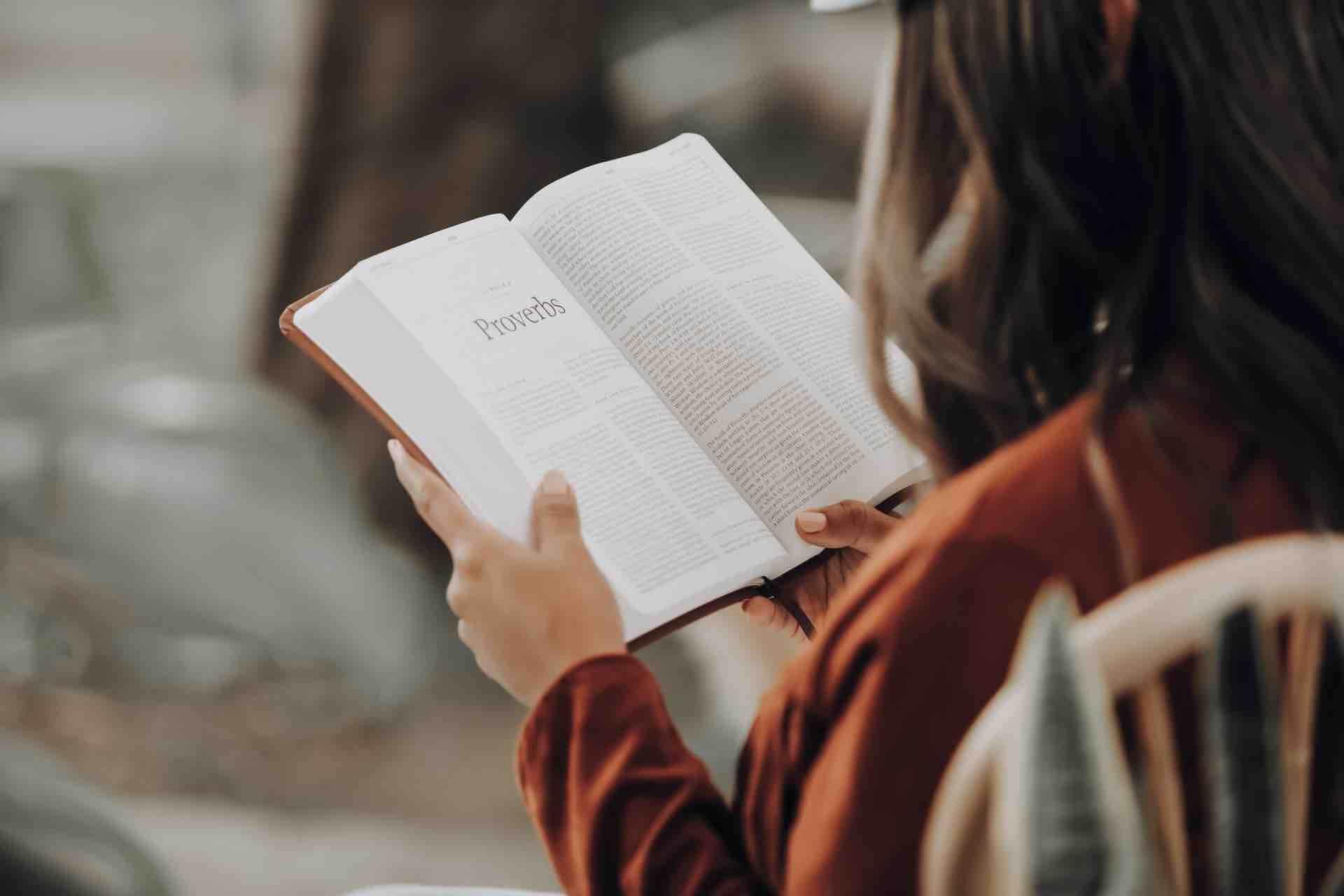 lecture femme livre mains