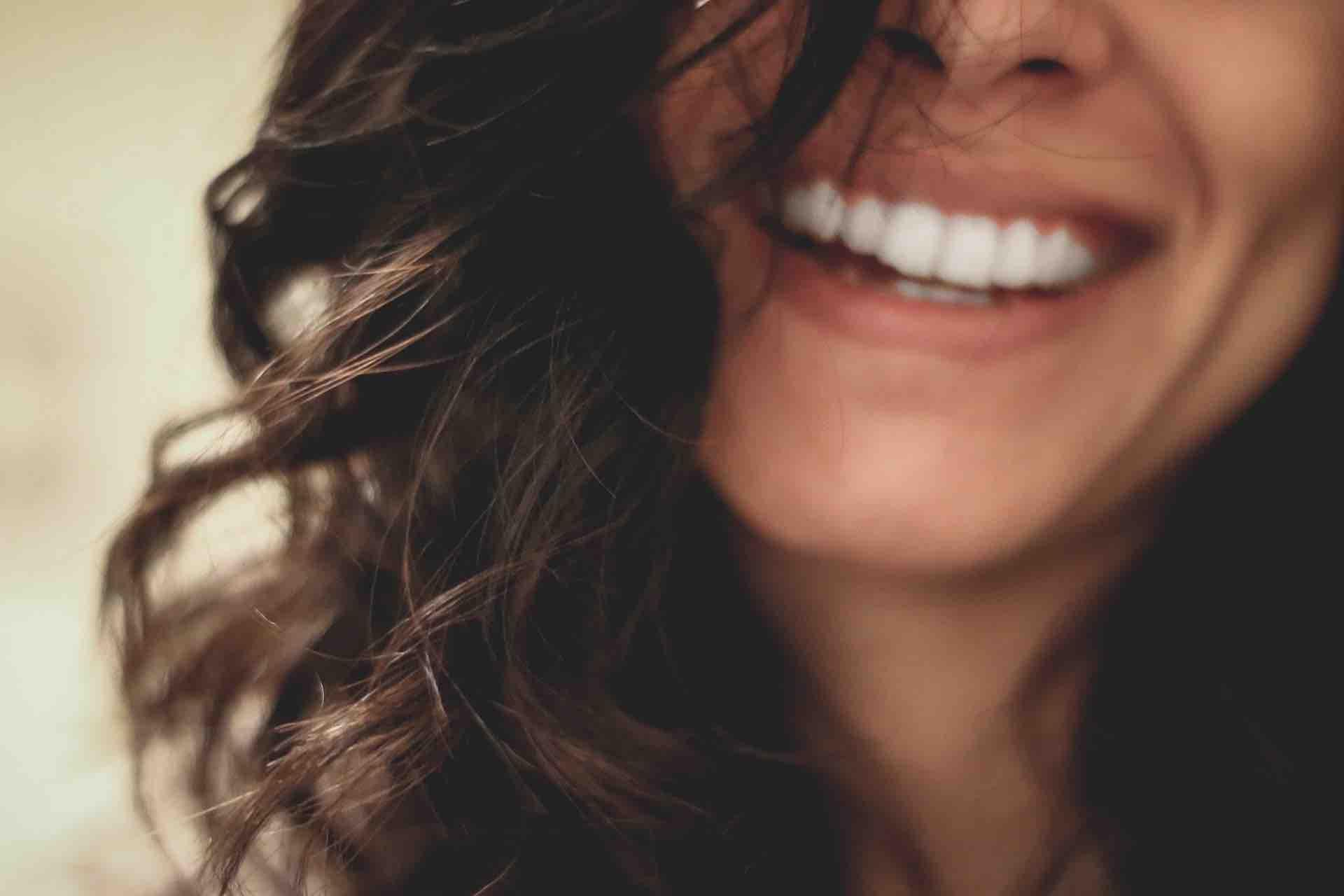 femme sourire bonheur cheveux