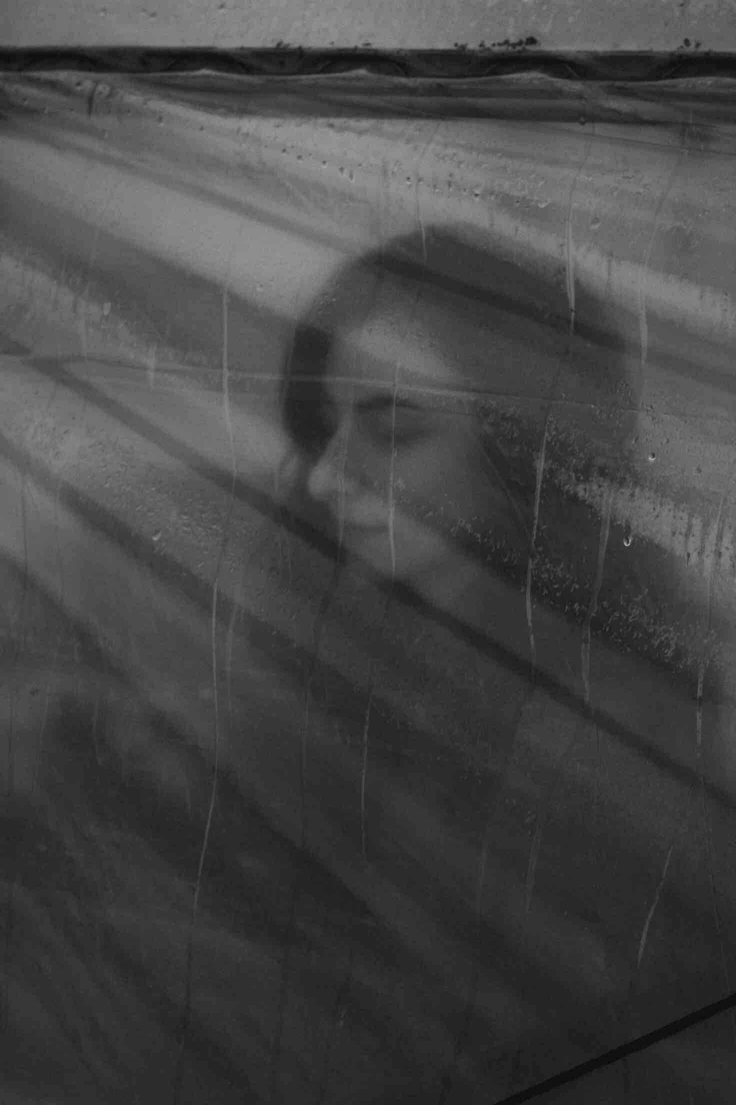 femme noir et blanc pluie tristesse toile