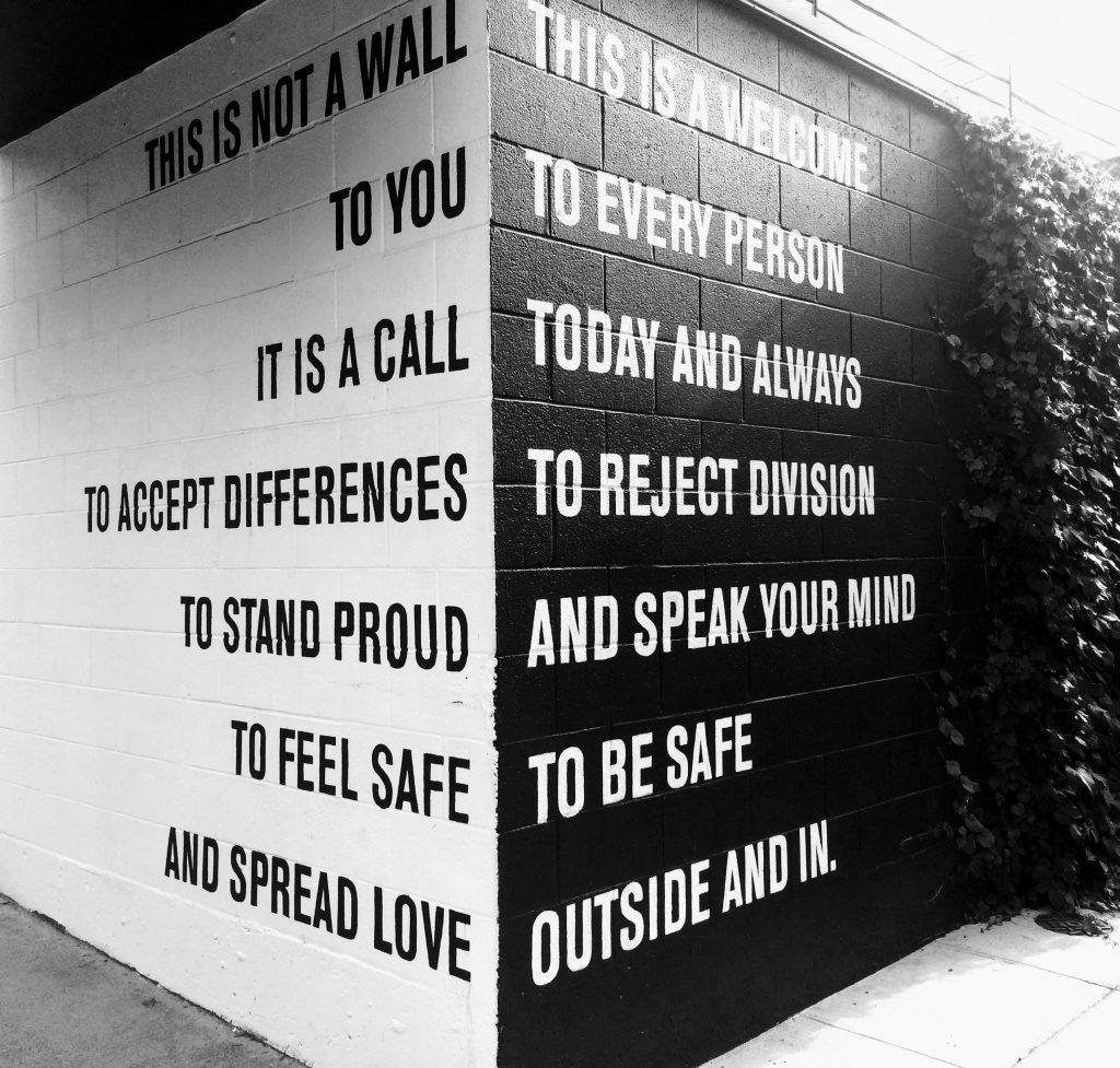 mur noir et blanc texte égalité