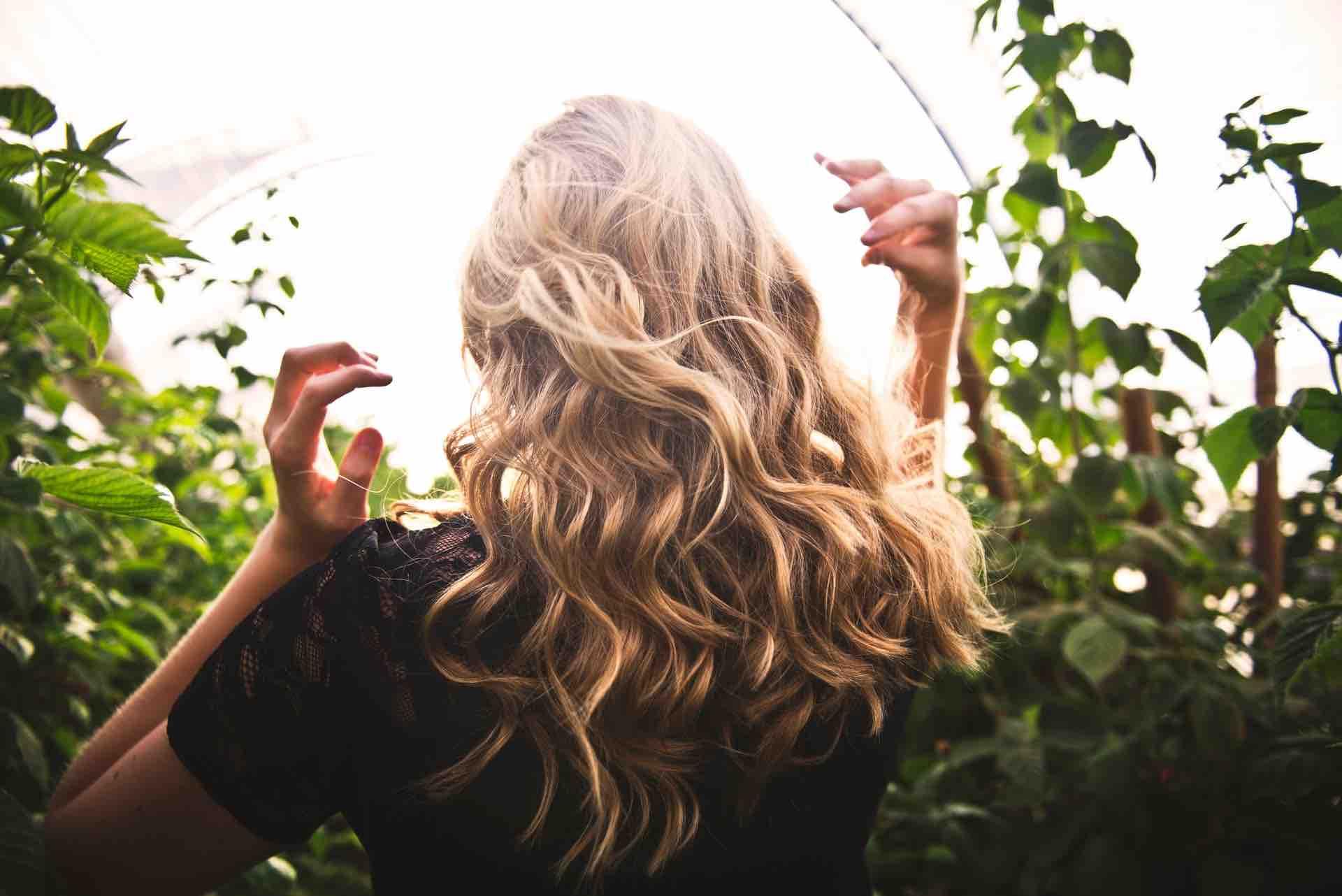 cheveux blonds femme forêt boucles