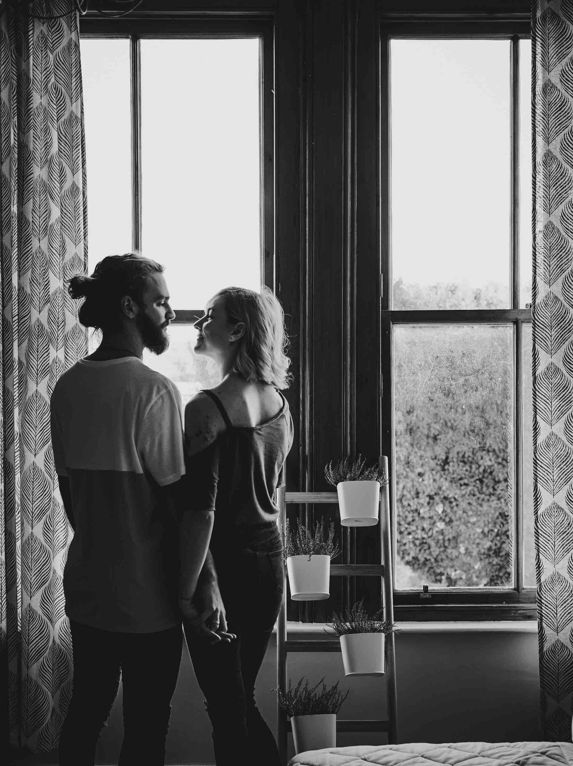 couple maison intérieur bonheur