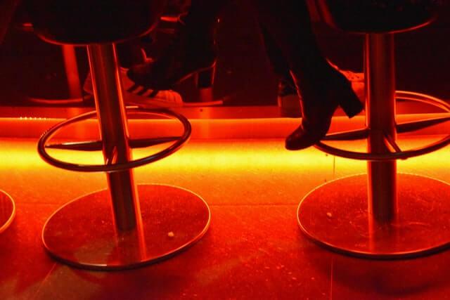 bar date homme femme drink