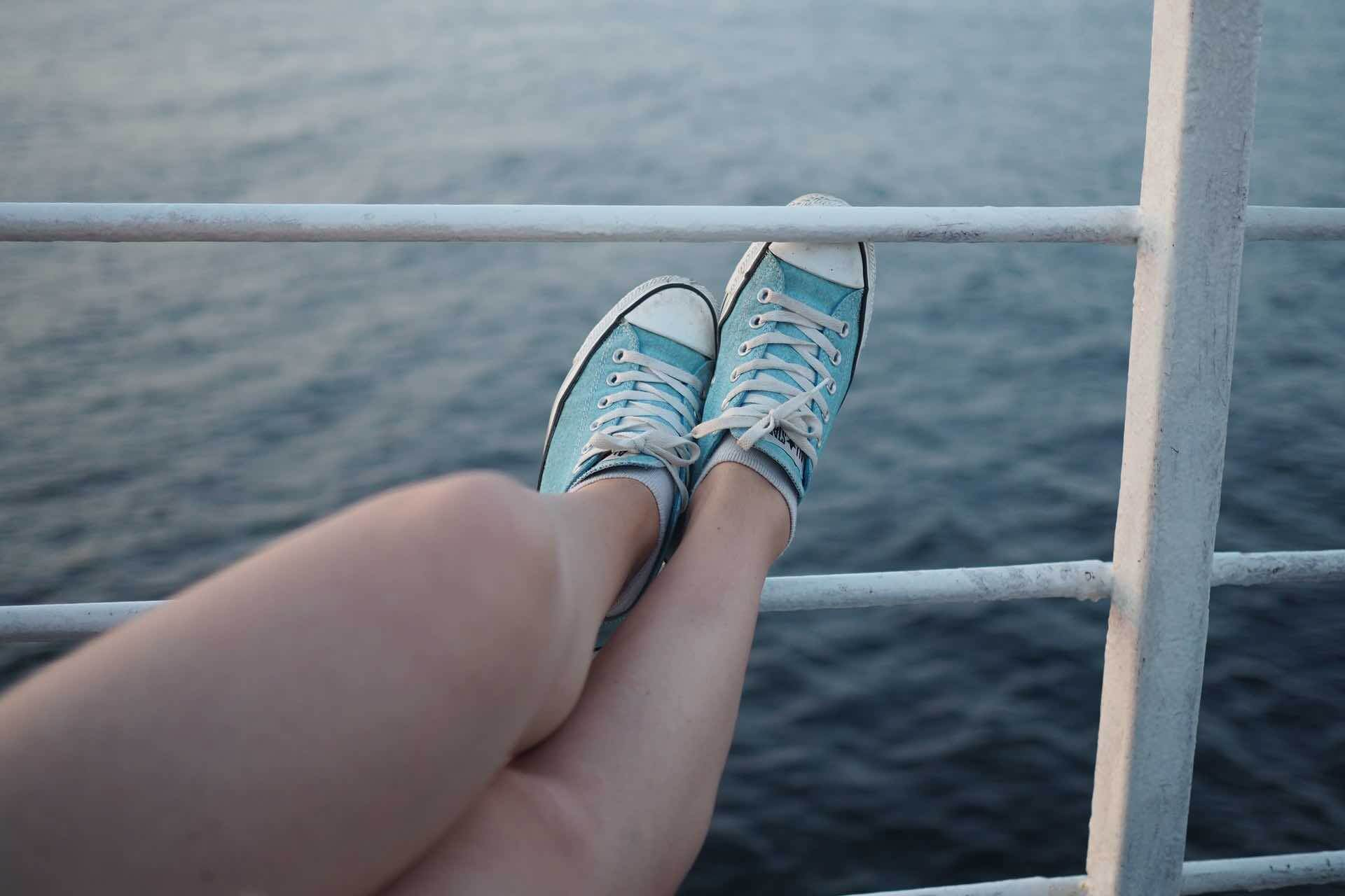 souliers converse bleu jambe mer