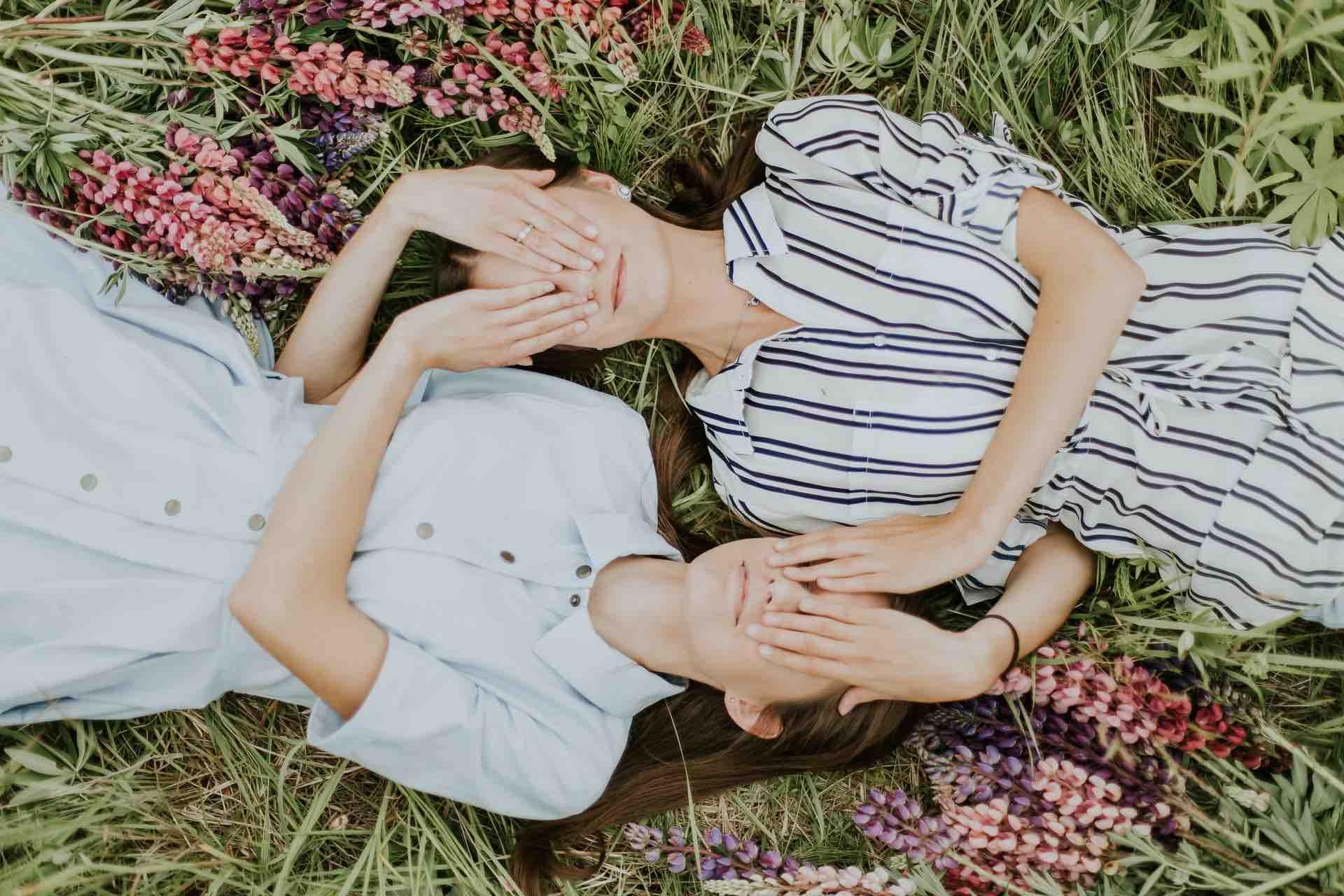 amitié femmes complicité champs fleurs