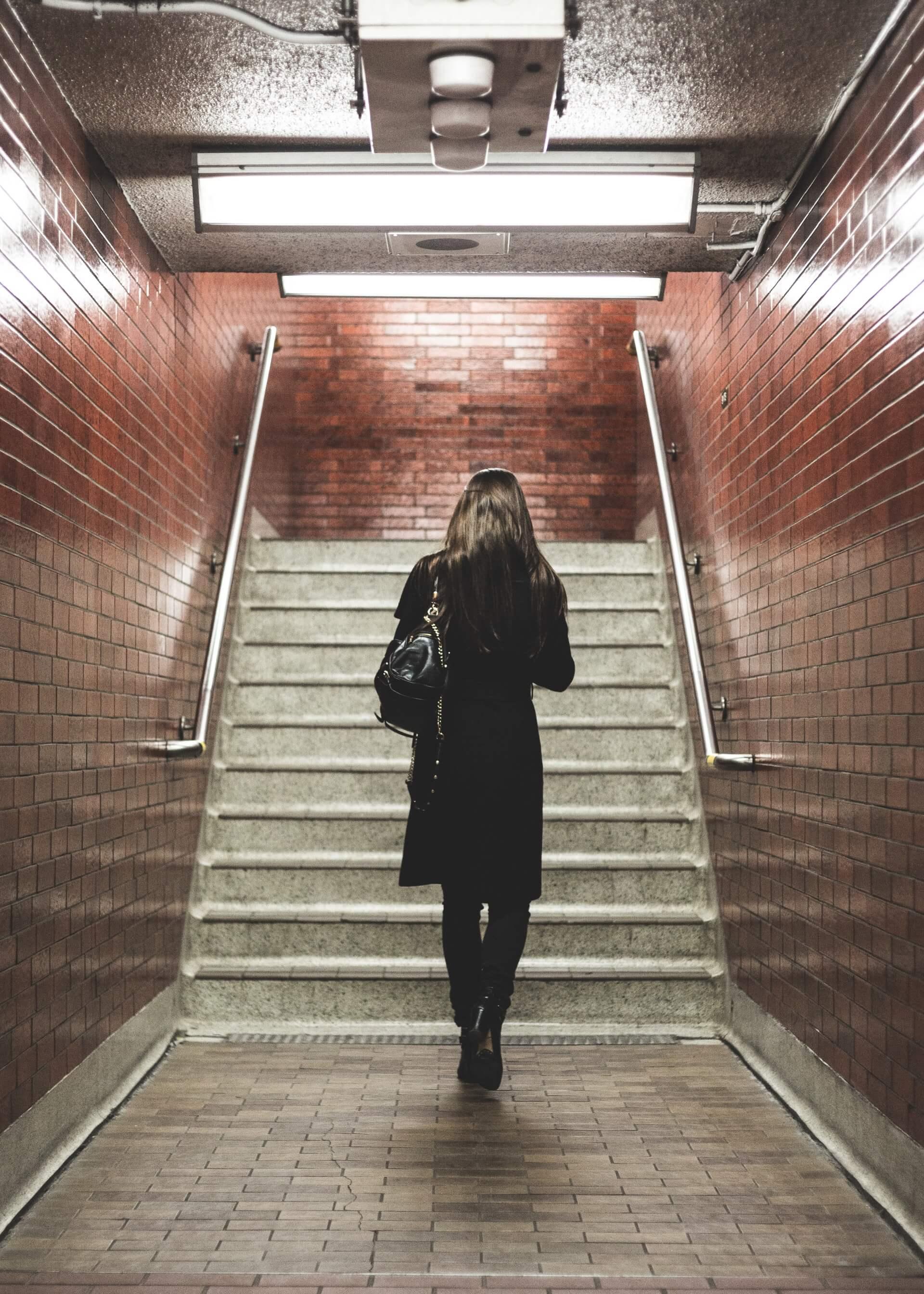 femme métro routine quotidien transport dos