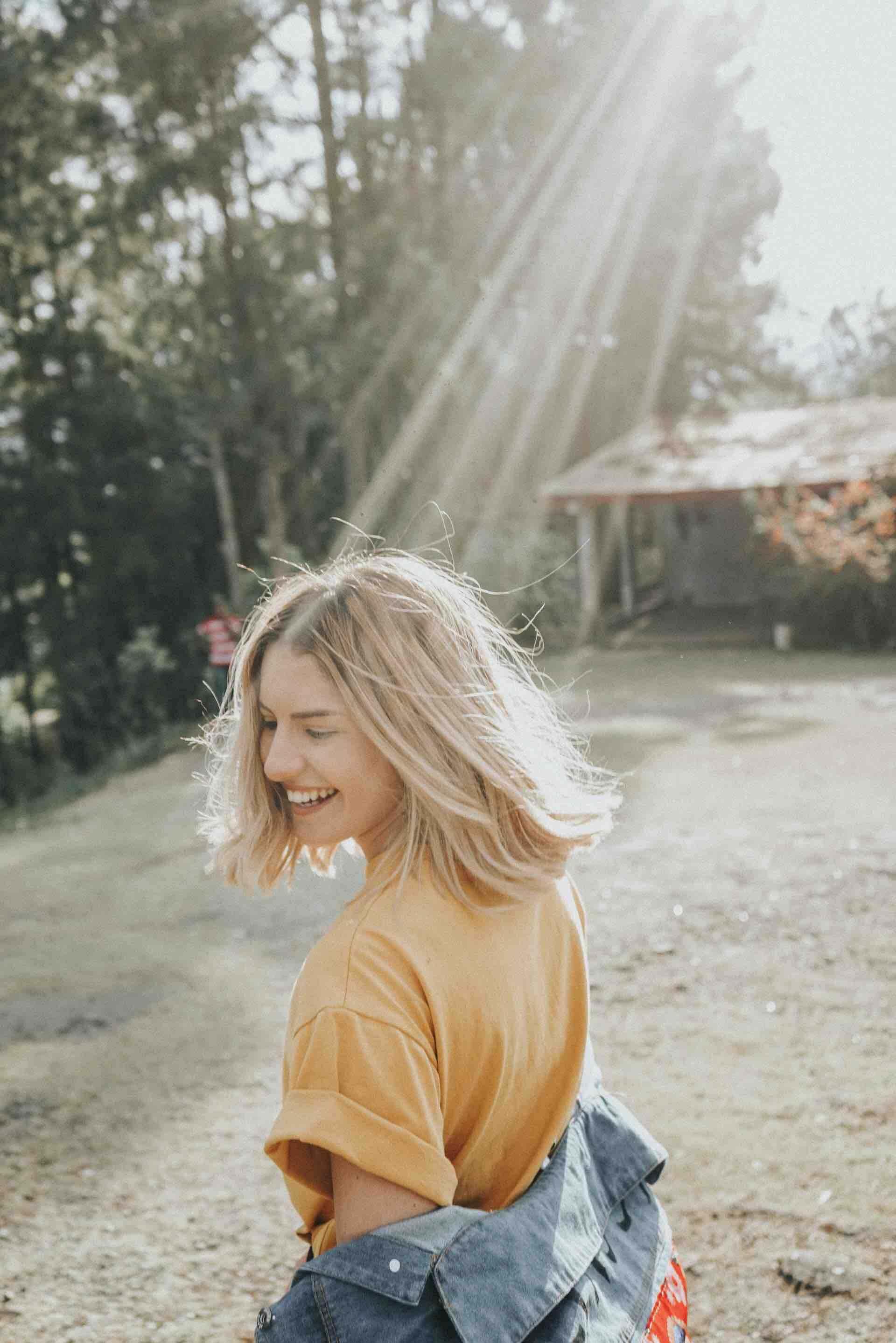 fille cheveux blonds soleil bonheur