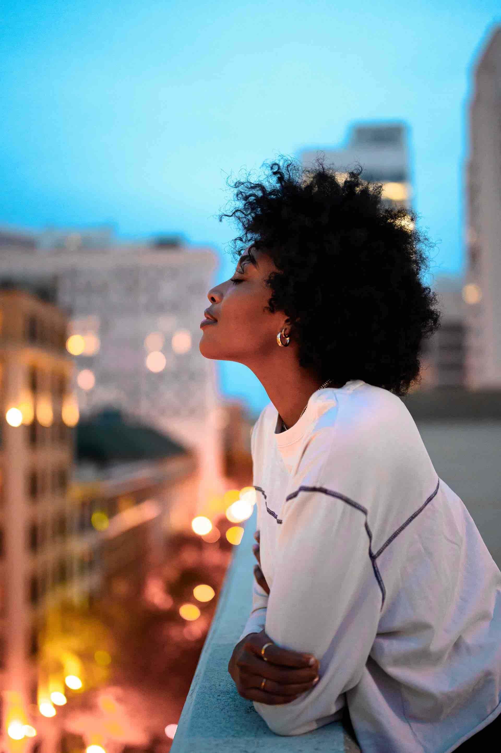 femme fierté noire bonheur heureuse balcon vue ville