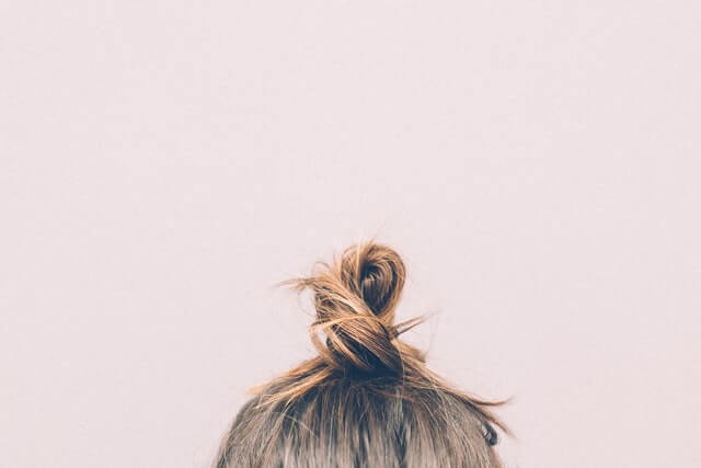 cheveux attachés brune femme