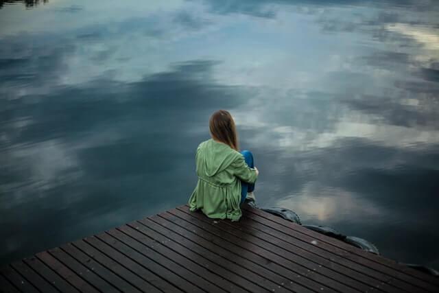 fille seule quai alone