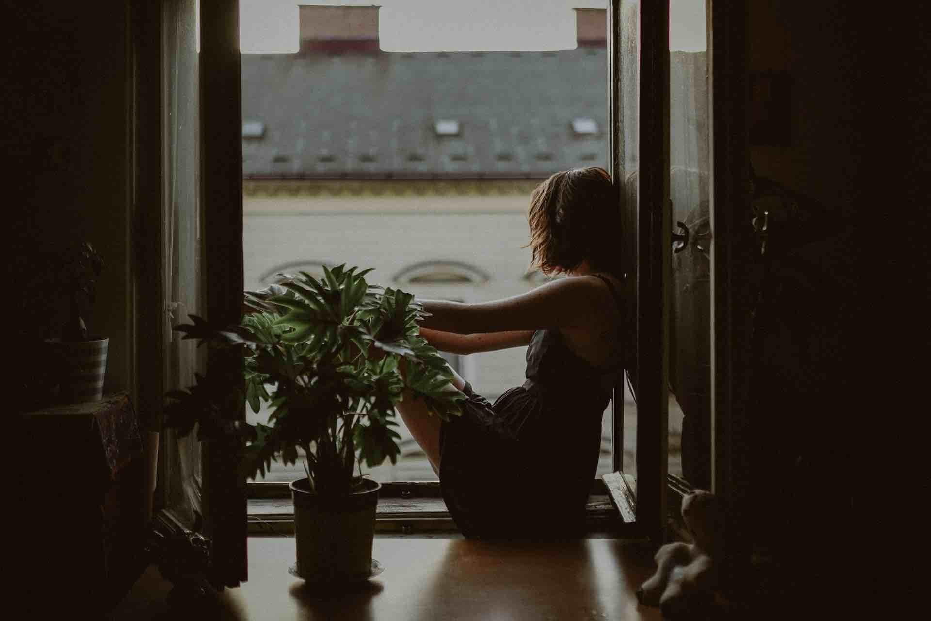 femme fenêtre triste sombre