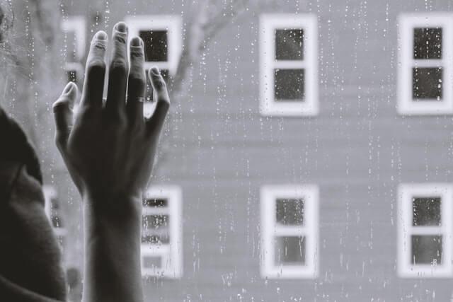 fenêtre tristesse pluie peine