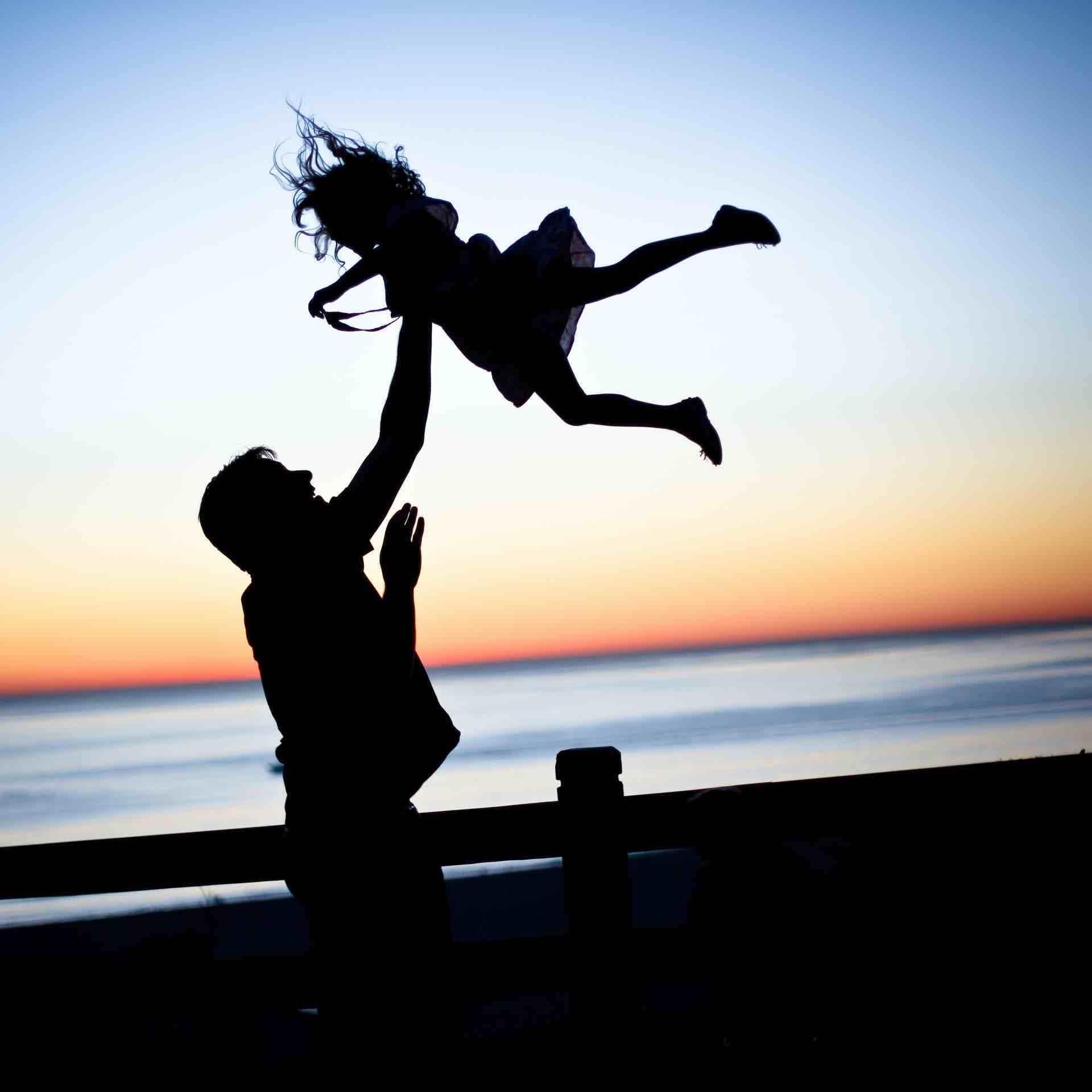 silhouette père fille famille plage