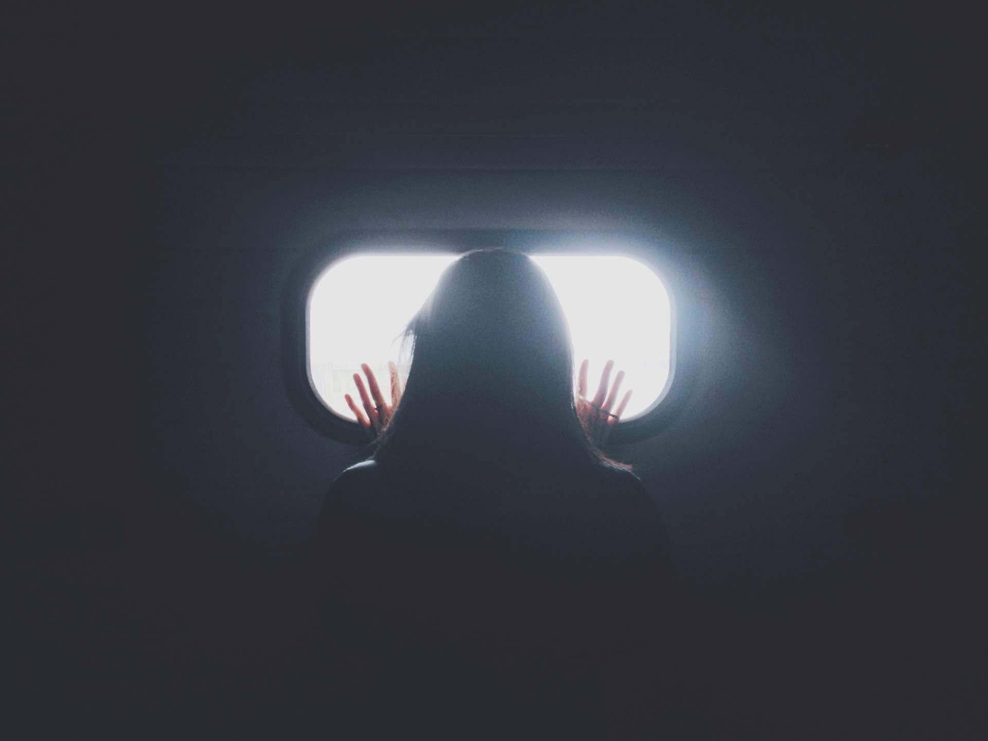 fenêtre femme sombre