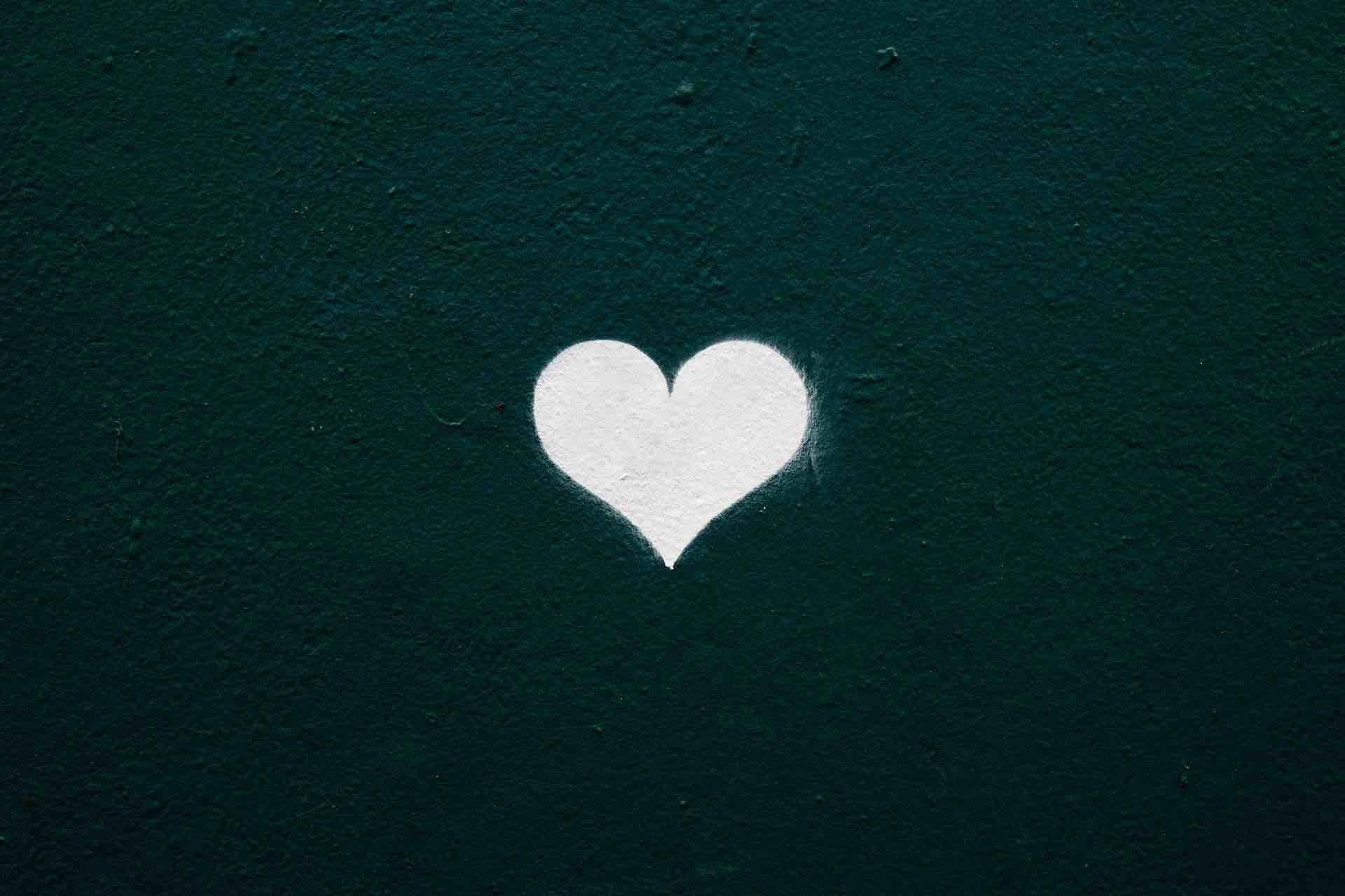 coeur blanc fond noir forme