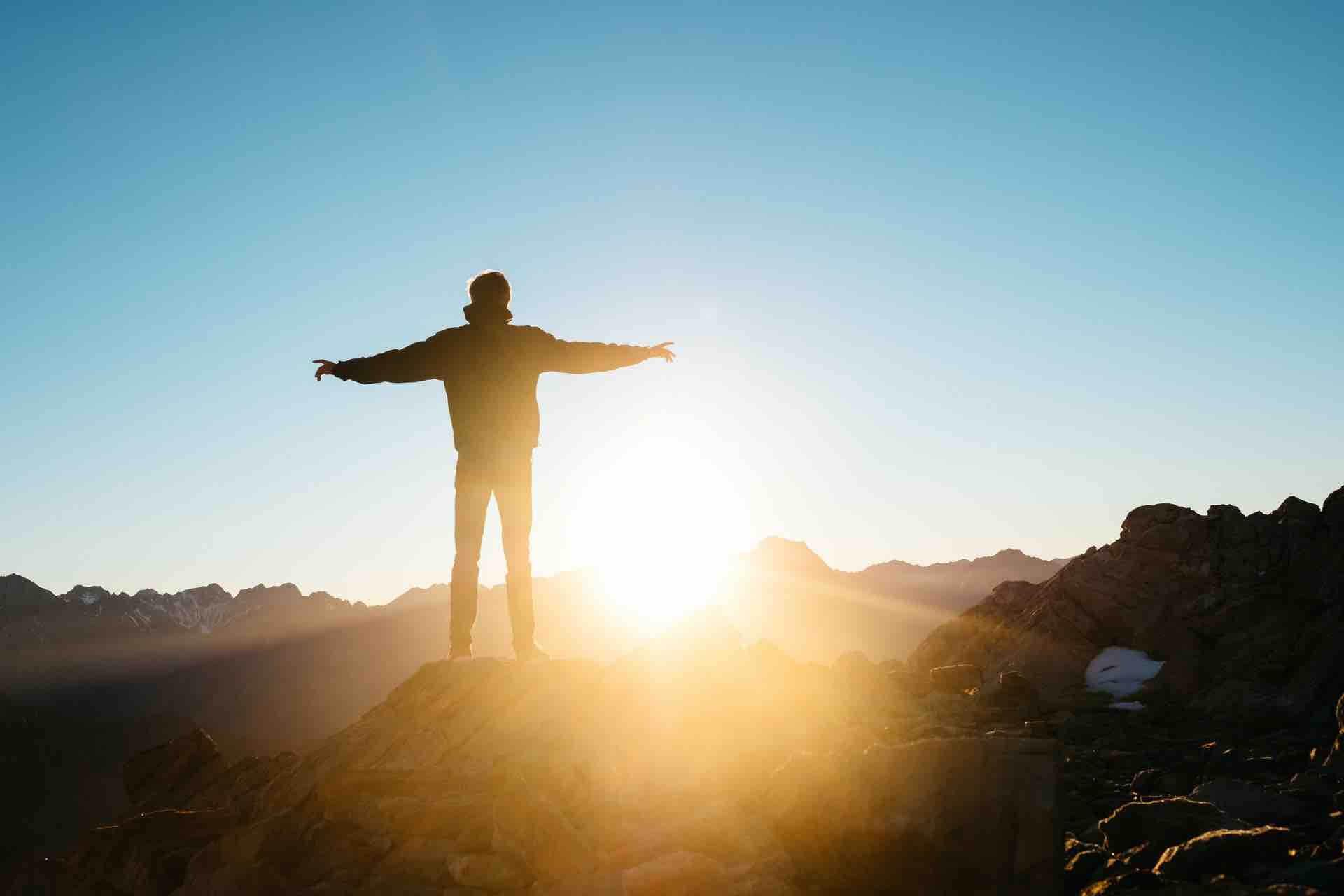 homme espoir soleil lumière montagne