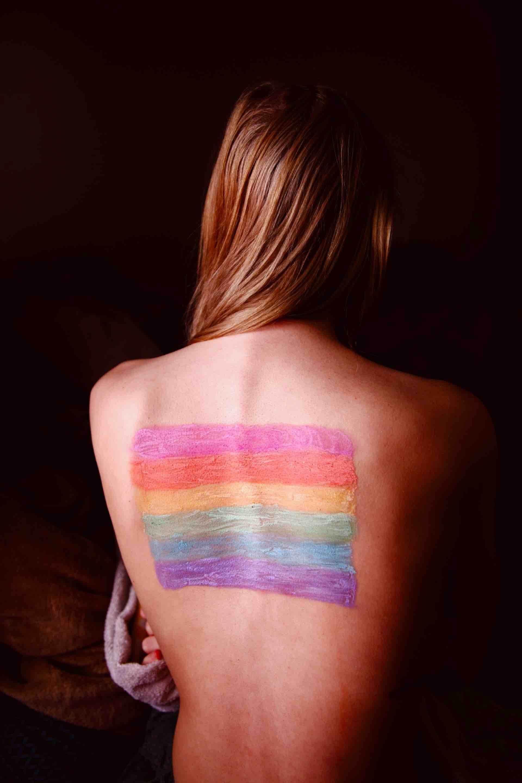 sexualité fierté couleurs drapeau dos femme