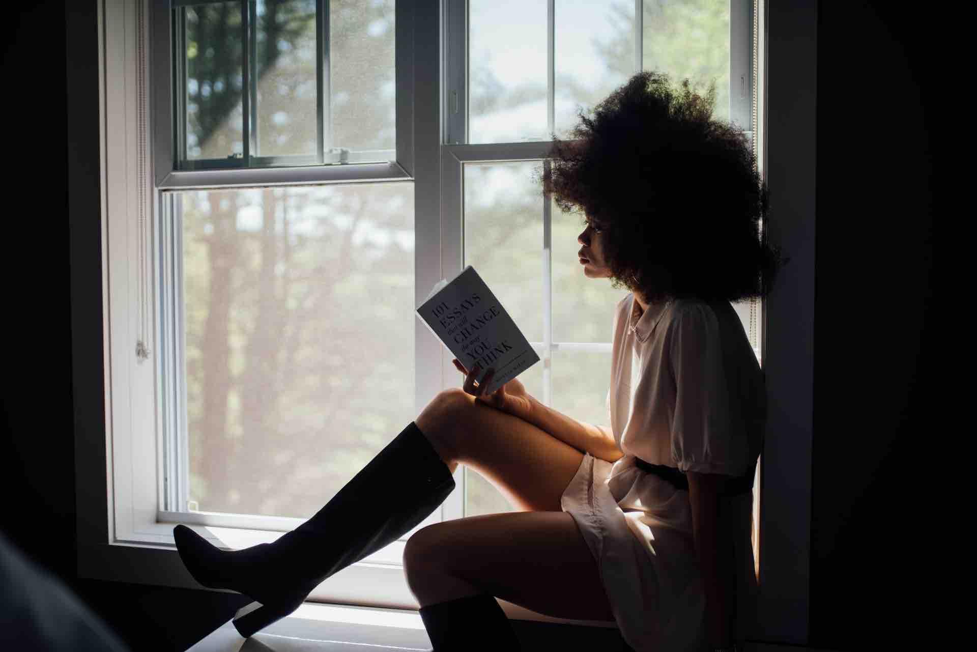 femme lecture tristesse
