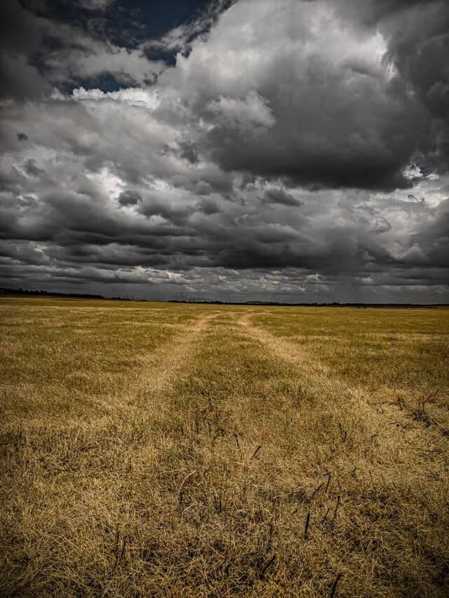 champ nuage pluie mauvais temps difficile chemin