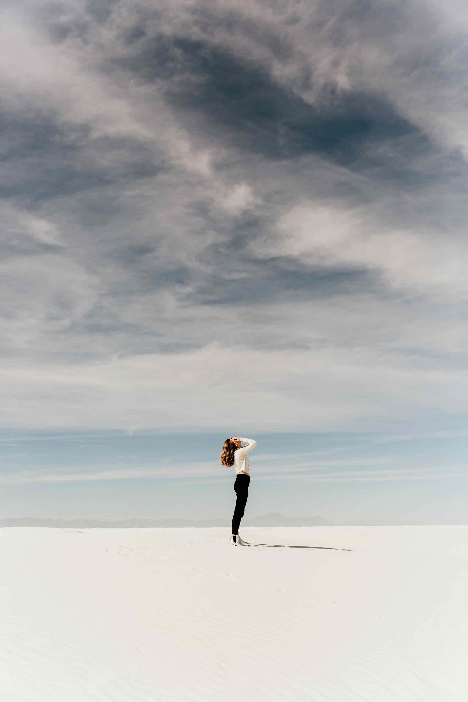 femme désert seule ciel