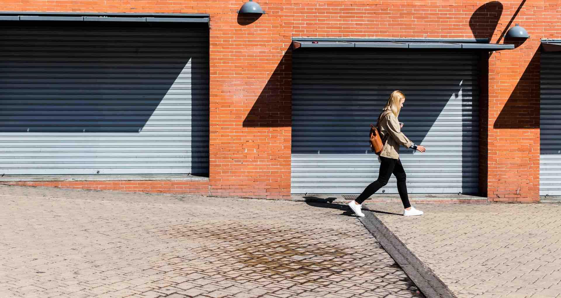 femme marche quartier
