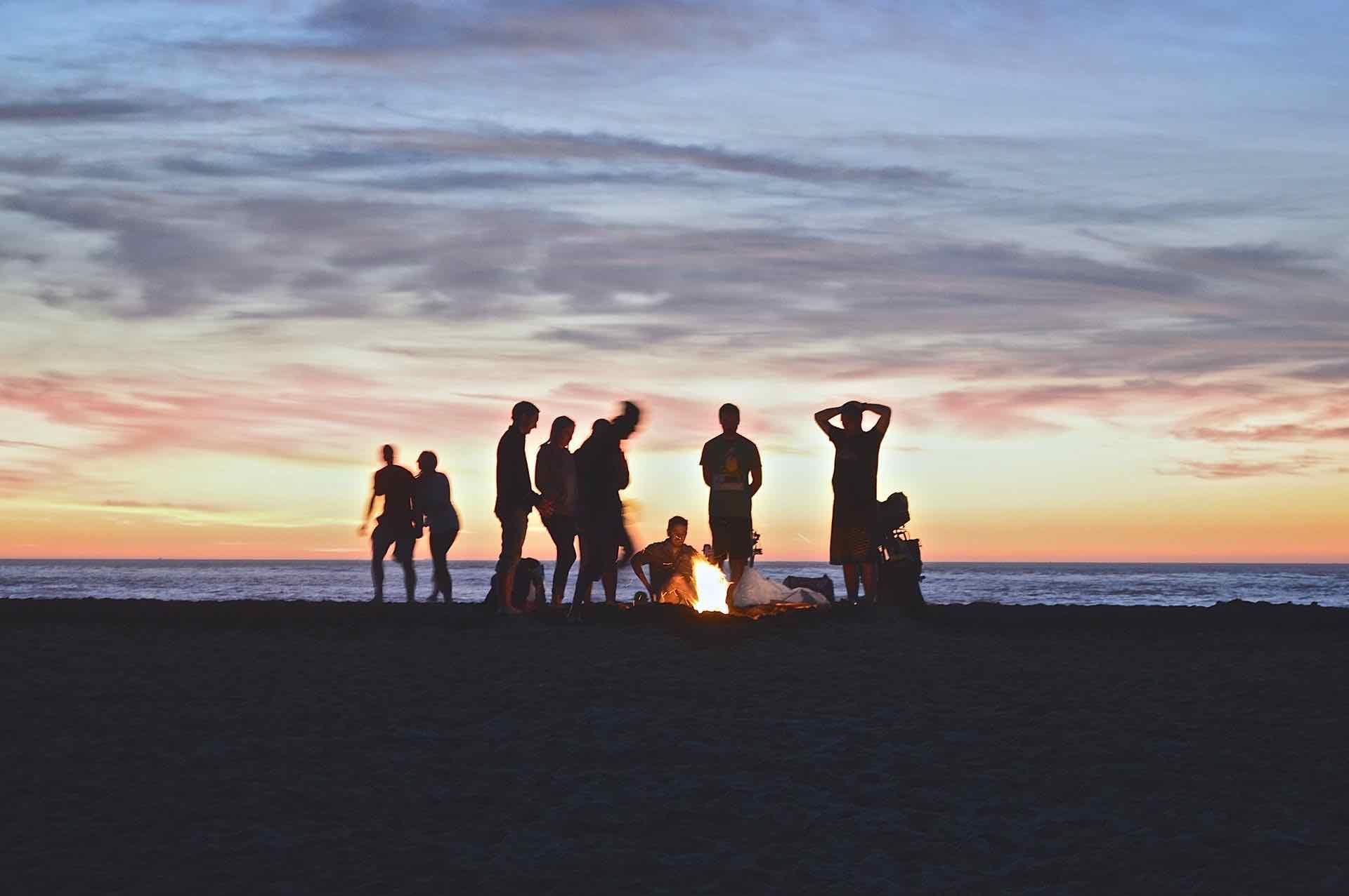 coucher de soleil groupe famille amis feu plage