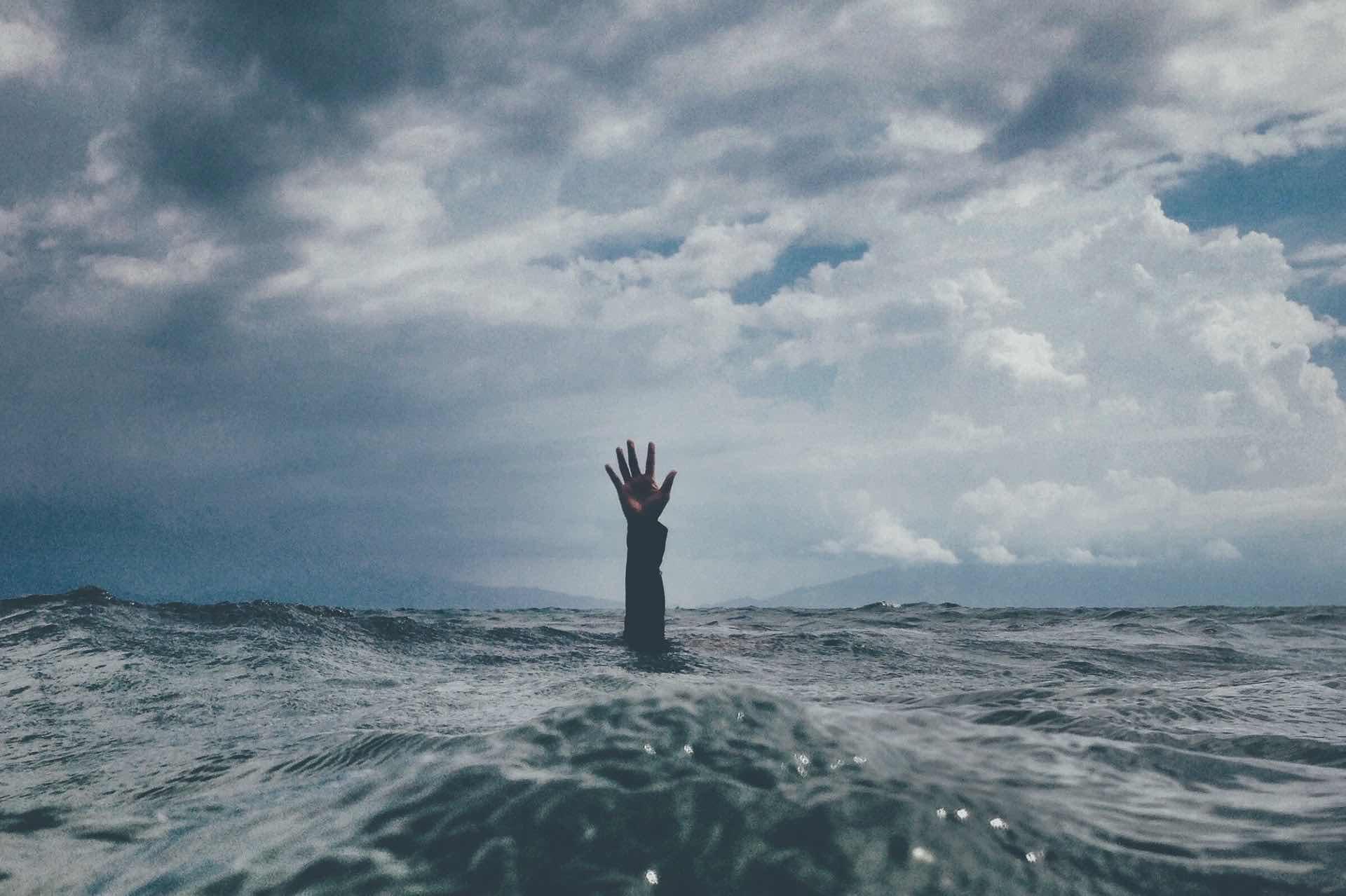 mer tristesse eau aide bras main