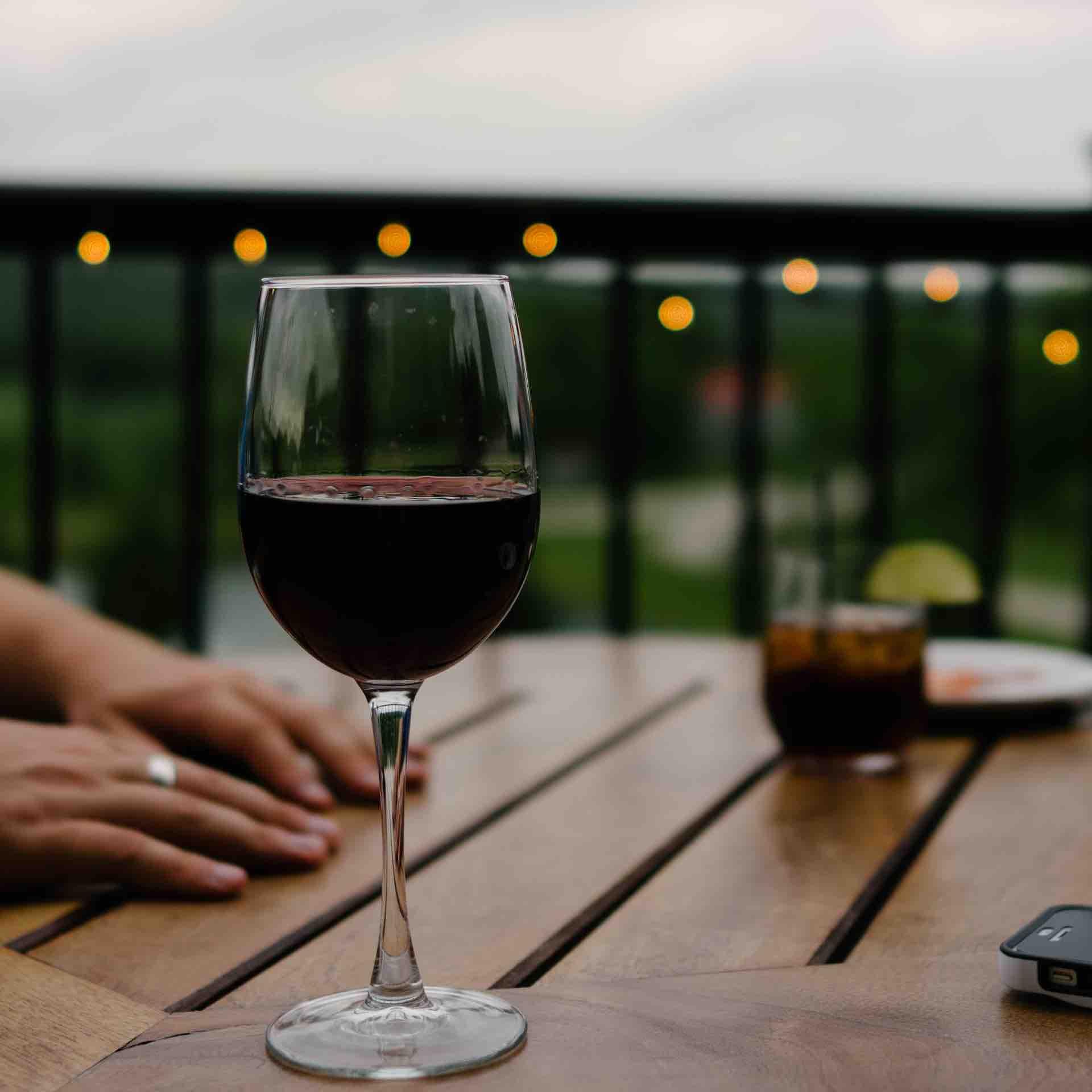 vin rouge balcon été verre