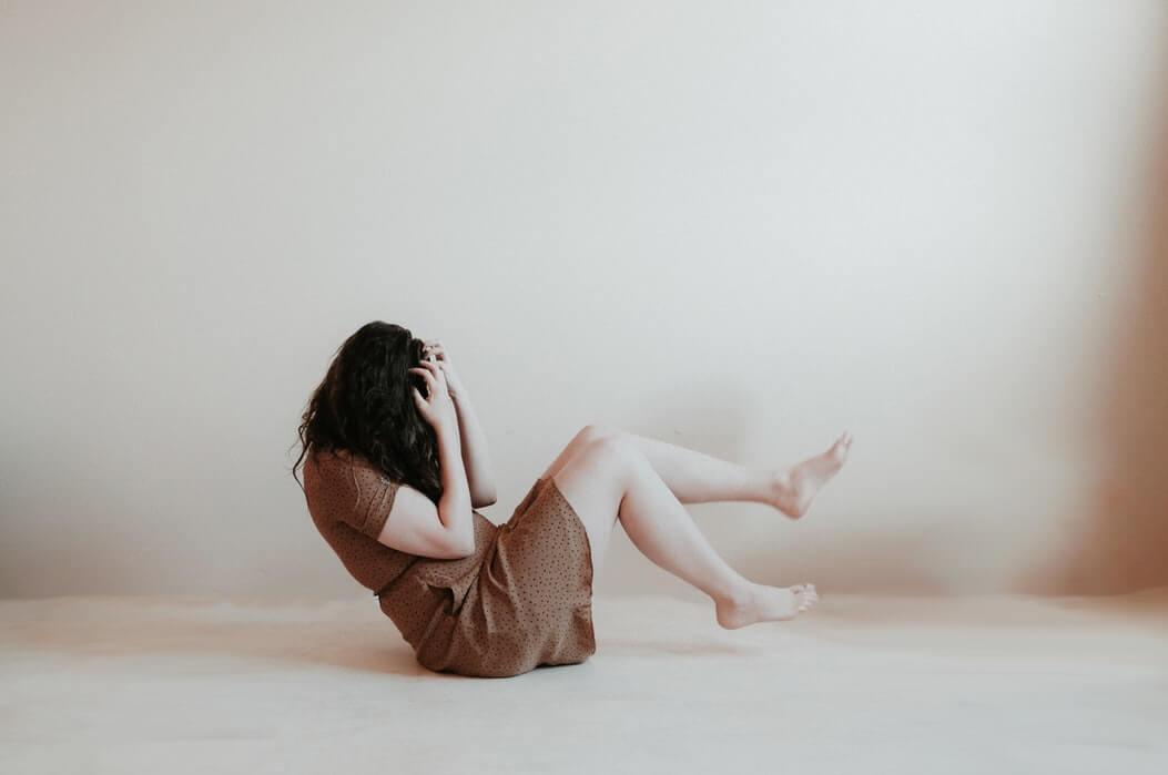 Fille, planché,murs blanc, émotions, anxiété