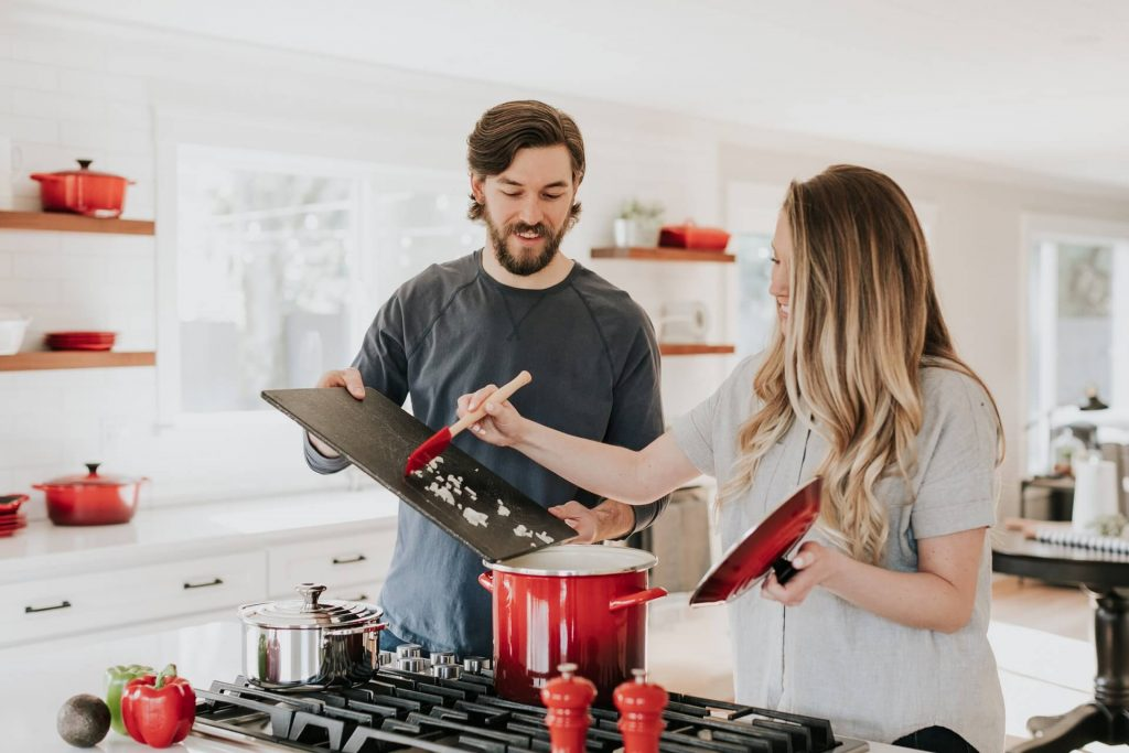 couple cuisinant