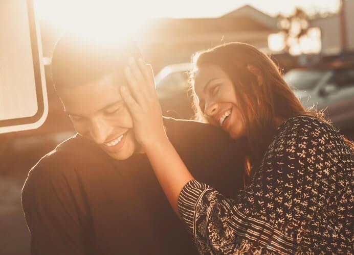 deux personnes rire soleil amour