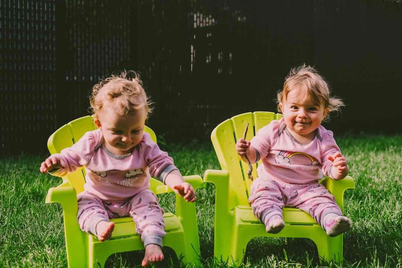 enfants jumelles 1 an enfance