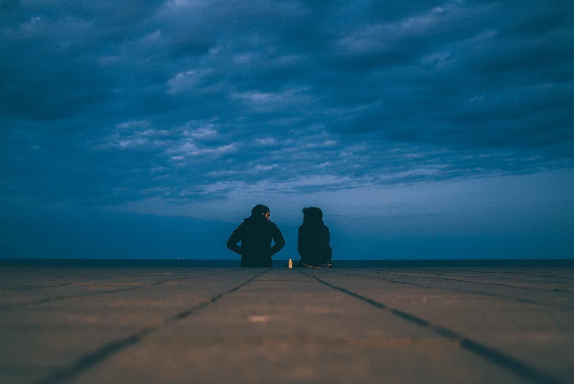 couple rencontre extérieur ciel