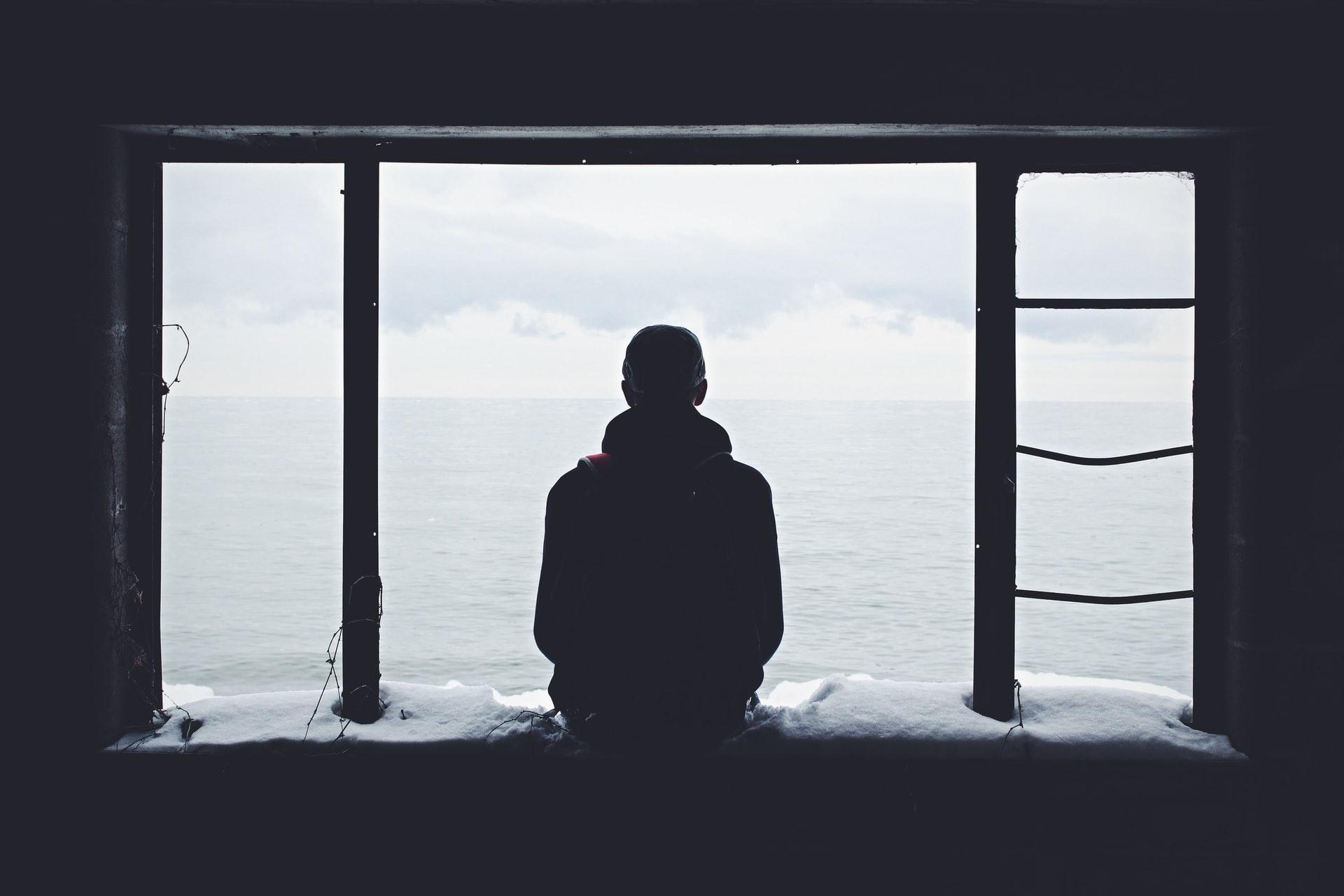 seul homme fenêtre