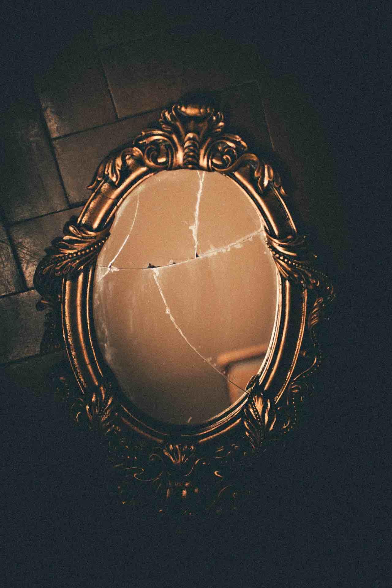 miroir brisé reflet confiance antique