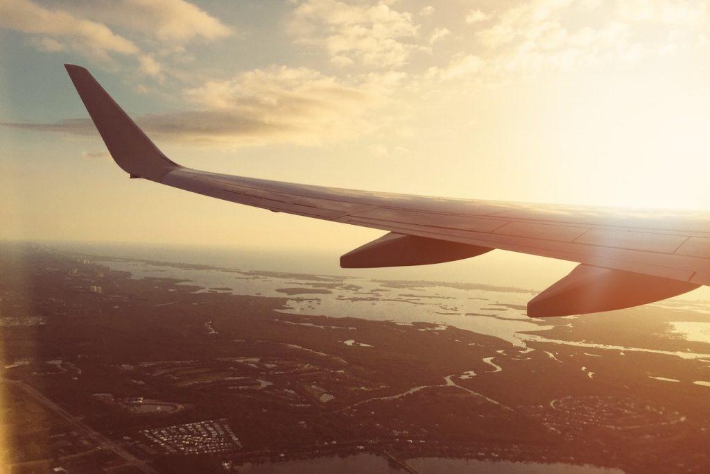 avion aile voyage coucher de soleil
