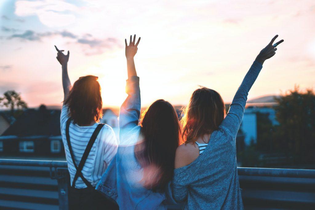 amitié amies bras en l'air
