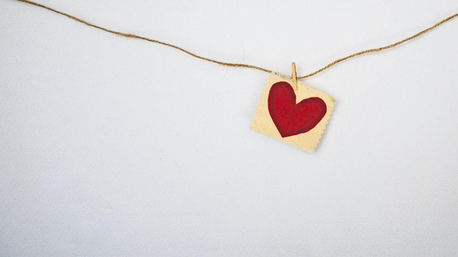 coeur, mur blanc, épingle, bricolage