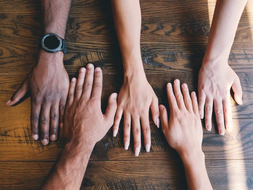 mains de nationalités différentes